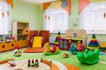 Salón de juegos moderno con cortinas de colores