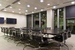Sala de reuniones moderna con focos empotrados