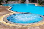 Piscina redonda con azulejos azules
