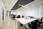 Oficina minimalista con tarima de madera