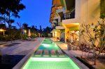 Piscina moderna con azulejos verdes
