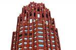 Rascacielos con fachada de ladrillo